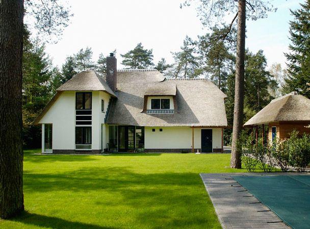 Klassieke bosvilla met een rieten kap. Duurzaam ontwerp.     Classical villa in the woods with reed roof. Sustainable design.