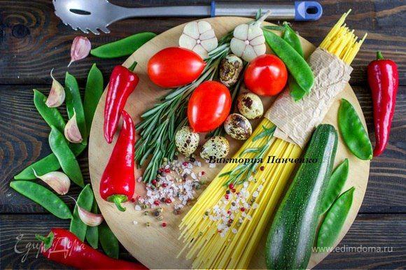 Спагетти с овощами-гриль  Легкое в приготовлении и очень вкусное блюдо. Овощи возьмите разные на свой вкус. Подойдут кабачки, болгарский перец, лук, баклажаны, тыква, фенхель. Сбрызните готовое блюдо ароматным маслом и наслаждайтесь замечательным вкусом. #готовимдома #едимдома #кулинария #домашняяеда #спагетти #паста #овощи #гриль #теплоеблюдо #вкусно #блюдонаобед #блюдонаужин #легкоеблюдо