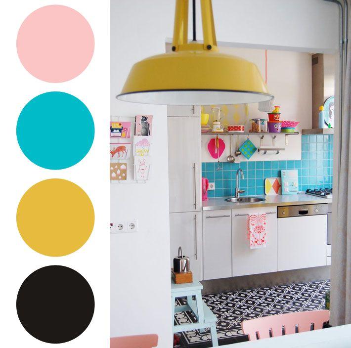 E para aqueles mais ousados, separei um exemplo de cozinha bem alegre e colorida, com tons de amarelo, azul claro e rosa pastel, além do branco que faz o equilíbrio. Ótima sugestão para quem gosta de casa com clima bem jovem!