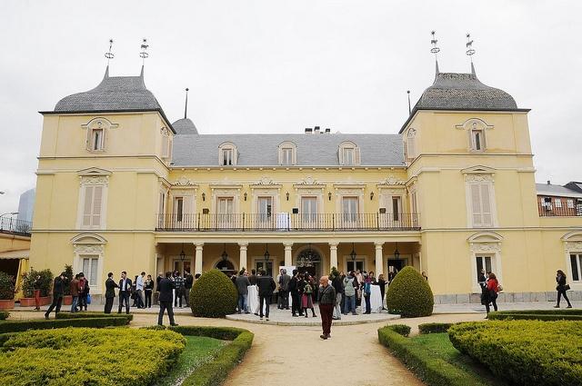 Fundación Triodos - Palacete de los Duques de Pastrana, Madrid. Asistentes a la conferencia durante la pausa café con productos ecológicos y de comercio justo.