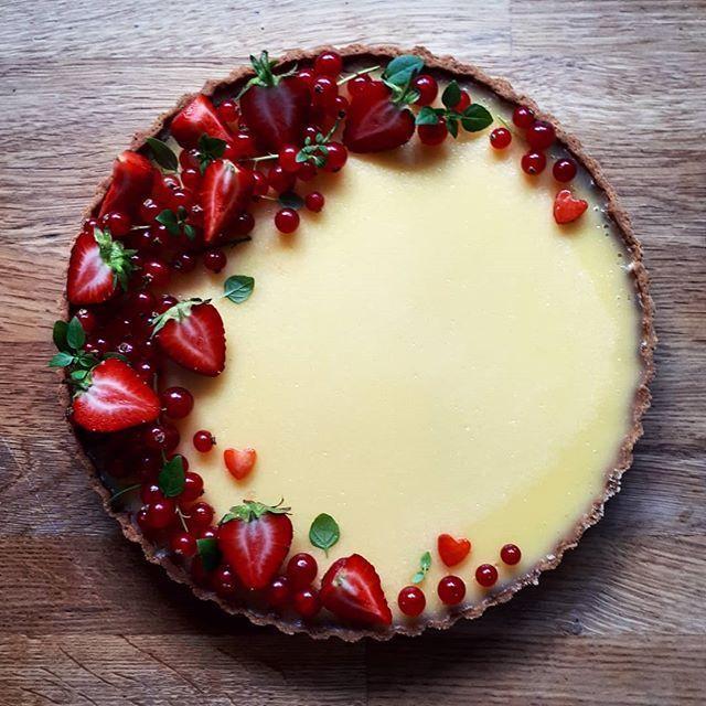 Diese Zitronentarte mit roten Johannisbeeren und Erdbeeren Rezept ist in der Pastete …