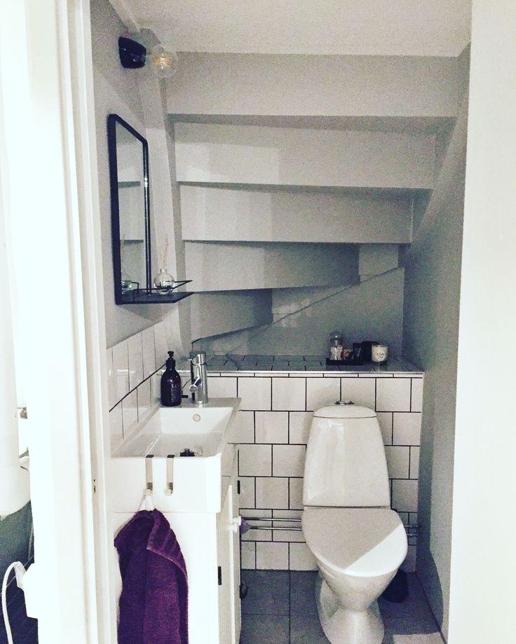 Gästtoalett - liten toalett under trappan