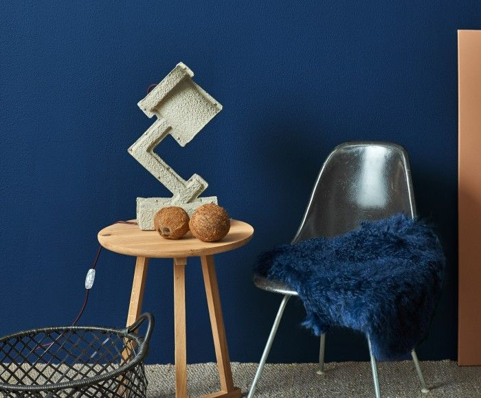 CoolWarmth: Koningsblauw (TC15013) tegen make-up bruinen (TC16004, TC16005); een mooi spel van kleur en vorm, glans en mattinten. De mix aan materialen nodigt uit om in dit relaxhoekje wat tijd voor jezelf te nemen. Bij de tafellamp Trash Me van &Tradition, ontworpen door Victor Vetterlein, is het heerlijk lezen.