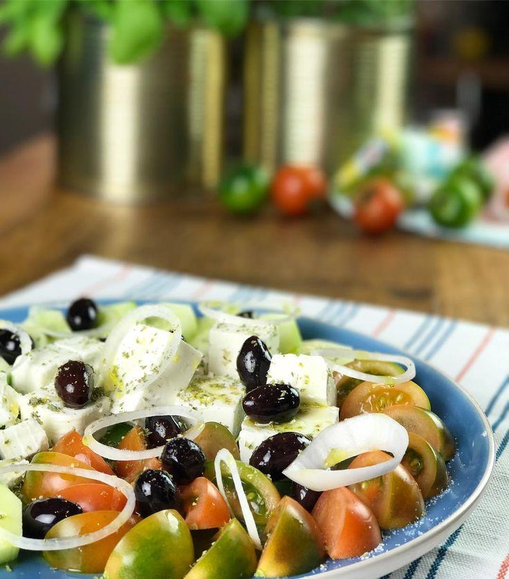 Lo Chef Lello ha preparato una gustosissima insalata greca. Guarda le nostre stories per scoprire la ricetta 😍 #chefincamicia #insalatagreca #recipe #food #foodie #yummy #insalata #verdure #feta #foodporn #piattoestivo #ricettaestiva