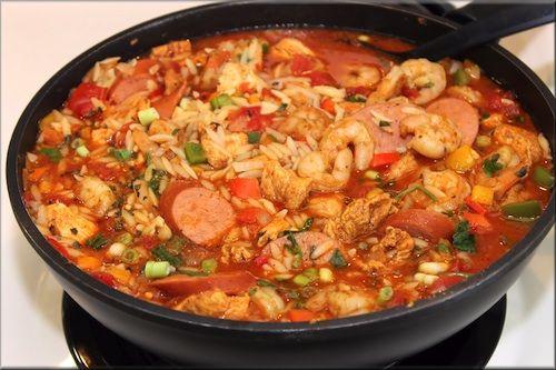 Il Jambalaya è un tipico piatto unico statunitense che viene preparato realizzando il soffritto con aglio, cipolla, peperone, quindi aggiungendo la s...