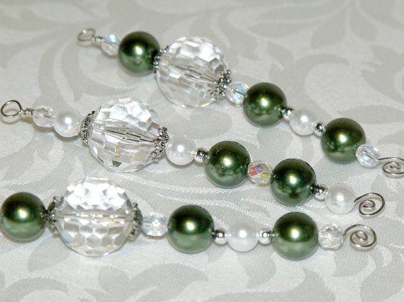 Grands, aux multiples facettes Perles cristal clairs avec perles de verre vert et blanc, de petite facettes en verre transparent avec revêtement AB et perles argent. Plus grandes perles parlent. 75.  Ornements sont environ 4,25 longtemps (sans crochet) et sont enfilées sur le fil de calibre 20 argent. Lot de 3.  Pour voir plus dornements, visitez ma boutique : http://www.etsy.com/shop/CJKingOriginals?ref=si_shop&view_type=gallery