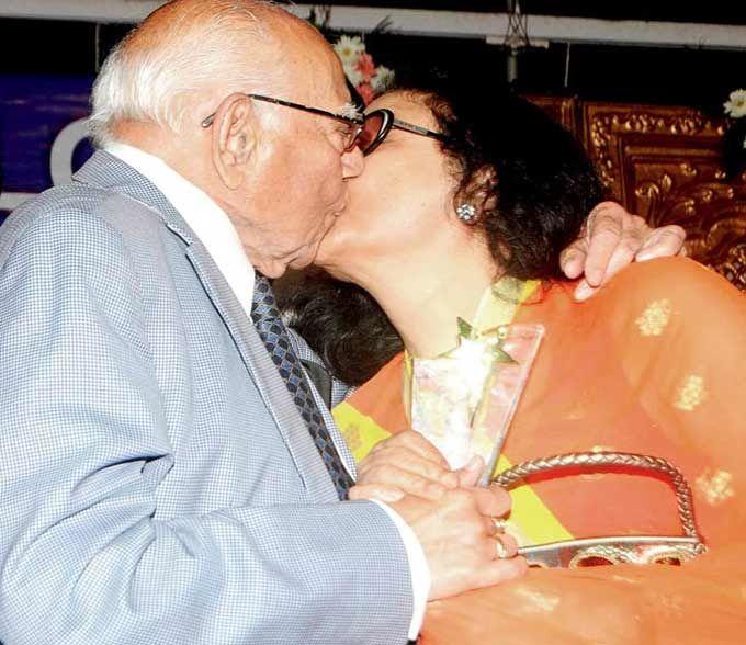 OMG! Veteran lawyer Ram Jethmalani smooches Kishore Kumar's wife Leena Chandavarkar