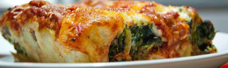 <p>Les cannelloni, typiques de la tradition culinaire italienne, sont des cylindres de pâte qui peuvent être fourrés à la viande ou aux légumes. Dans cette recette, ils sont garnis à la ricotta et aux épinards. Préparés dans de nombreuses régions de la péninsule, les cannellonis ricotta et épinards représentent un …</p>