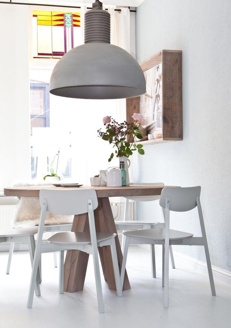 toffe lamp, stoer houten tafel en muur-ding industrieel lamp barefootstyling.com