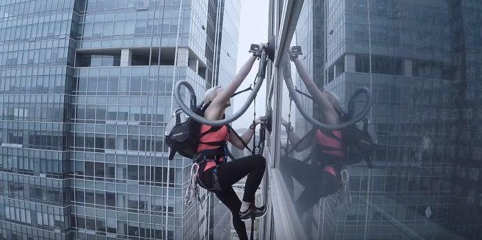 高層ビルの壁面を掃除機の吸引力だけで登頂! LGのコードレス掃除機をPRする驚愕実験 | AdGang