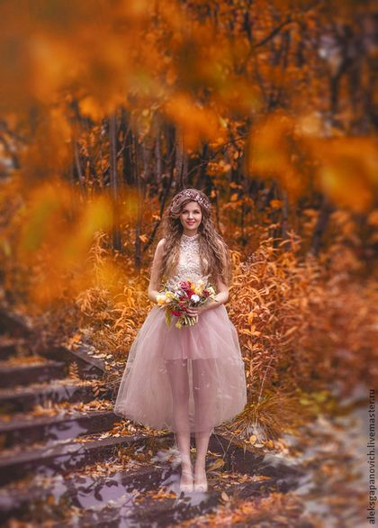 Купить или заказать Свадебное платье в интернет-магазине на Ярмарке Мастеров. Нежное свадебное платье с ноткой ностальгии. Платье выполнено из кружева молочного цвета и мягкого фатина цвета тауп. Лиф по фигуре, кружевные элементы вручную набраны на лифе. Юбка длиной 90 см, подклад на юбке из вискозы нежно-розового цвета. Застежка на потайную молнию по левому боковому шву.