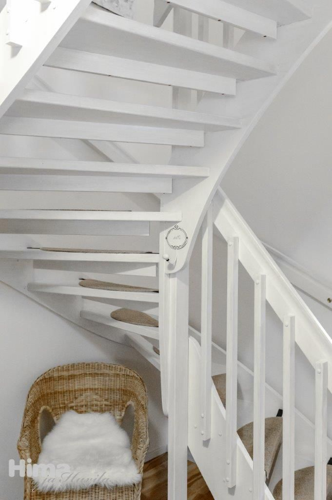 DIY: wooden stairs look totally different when painted white. Sotkantie 1 #himajahuvila