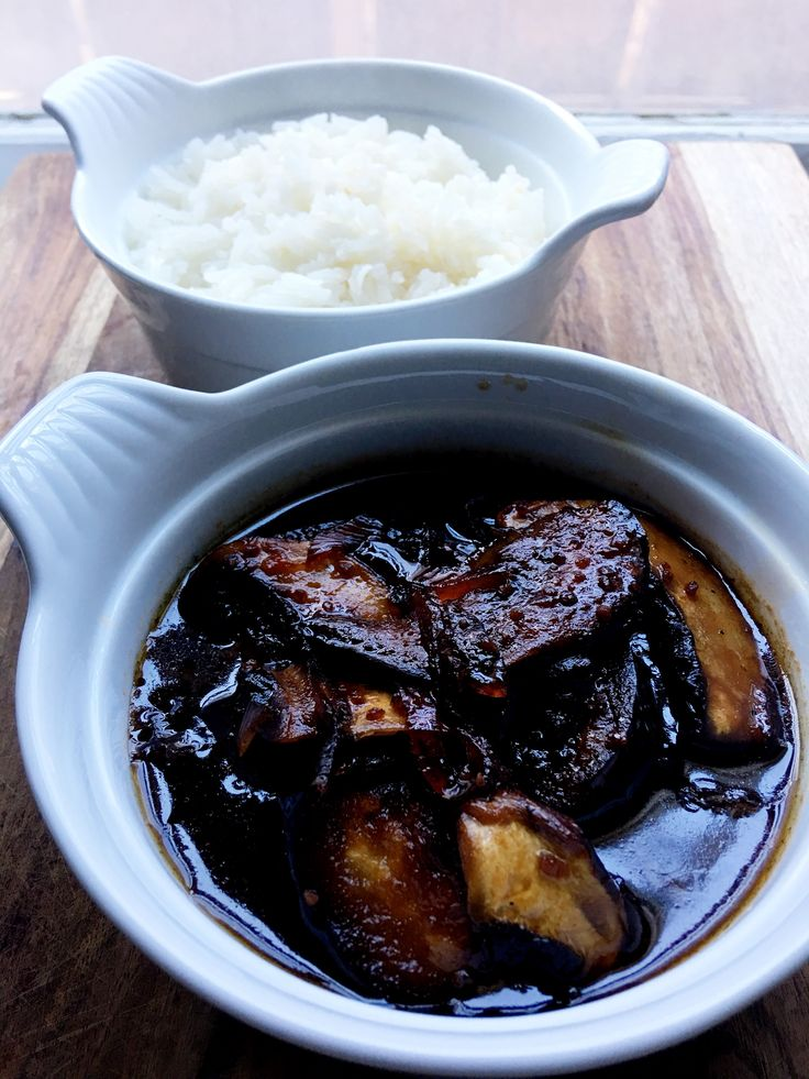 Dinner is served! Sautéed eggplants, portobello mushrooms, onions in a sweet and spicy sauce (garlic, vegetable stock, gluten-free soy sauce, maple, chilis), served with a side of jasmine rice. 🌱