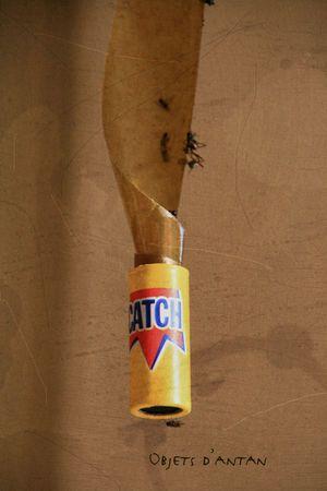 Le piège à mouches ! J'ai encore le souvenir de maisons de campagnes avec plusieurs de ces attrape-mouches accrochées au plafond dans la salle à manger, avec des dizaines de mouches collées sur chaque. berk !!