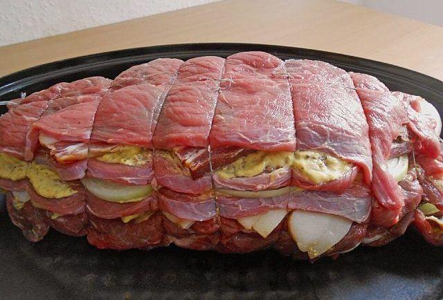 Recept na vrstvenú cigánsku pečienku: Keď toto postavíte na stôl, všetkým okolo sa začnú okamžite zbiehať slinky! - Báječná vareška