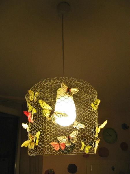 www.idiaridellappartamento.it Un portalampada da pochi euro, rete di metallo e... farfalle, farfalle, farfalle! (attaccate con un punto di colla a caldo). Et voilà!