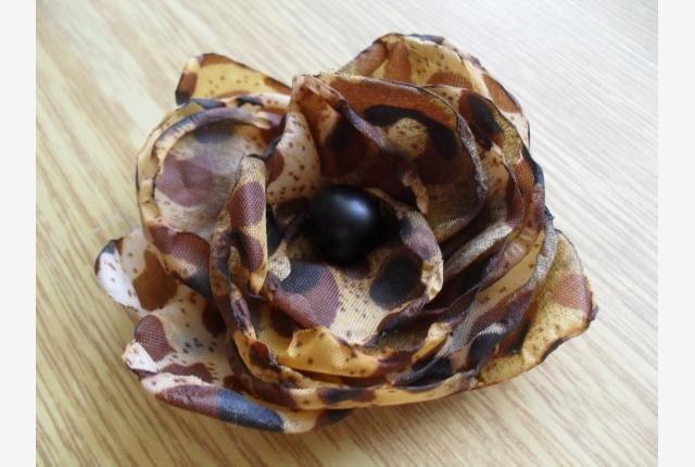 Brož Leontýna Brož je zhotovená z recyklované tkaniny(deštníku). Průměr má 8cm,připíná se zavíracím špendlíkem. Ozdobí Vaši kabelku,klobouk,halenku,šaty a pod.