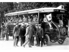 Madrid. Agosto de 1921. Para los heridos de Melilla. Autobús-ambulancia que ha de utilizar la Cruz Roja en el servicio de evacuación de los heridos y enfermos que llegaban procedentes de Marruecos
