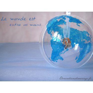 Décoration mariage sur le  thème du voyage : le porte-alliances globe