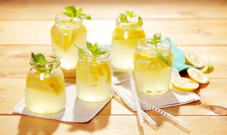 Vyzkoušejte domácí mátovou limonádu podle tohoto receptu! Tesco Recepty - čerstvá inspirace na každý den.