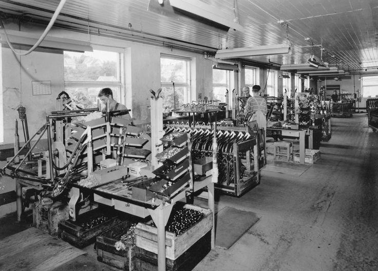 Montering av rammer i monteringsavdelingen til sykkelfabrikken til Jonas Øglænd AS i Solaveien | Ludvigsen, Ludvig