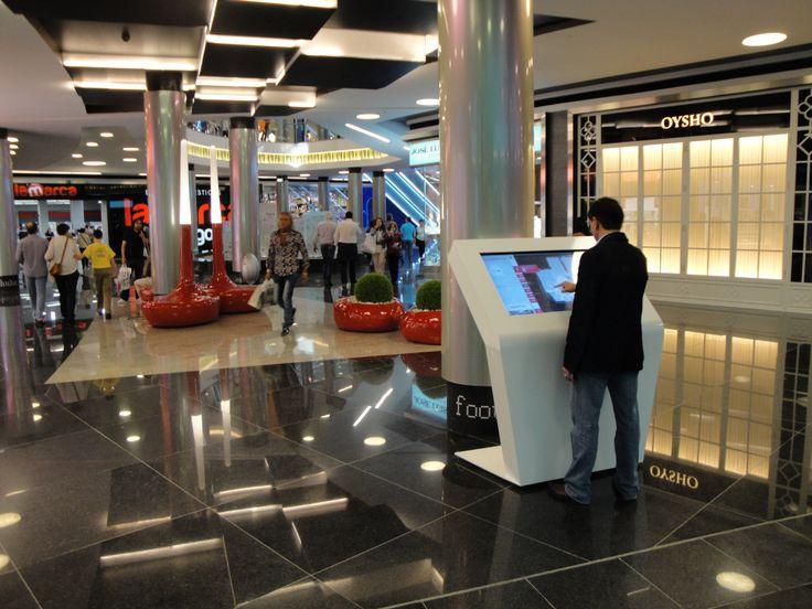 Centro comercial Marineda City en La Coruña. 14 directorios digitales a disposición de los clientes.