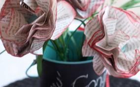 Paper flowers made with pages from a book: Diy Ideas, Books Pages Flowers, Vase Centerpieces, Chalkboards Paintings, Grad Parties, Paper Flowers, Parties Ideas, Graduation Parties, Books Flowers