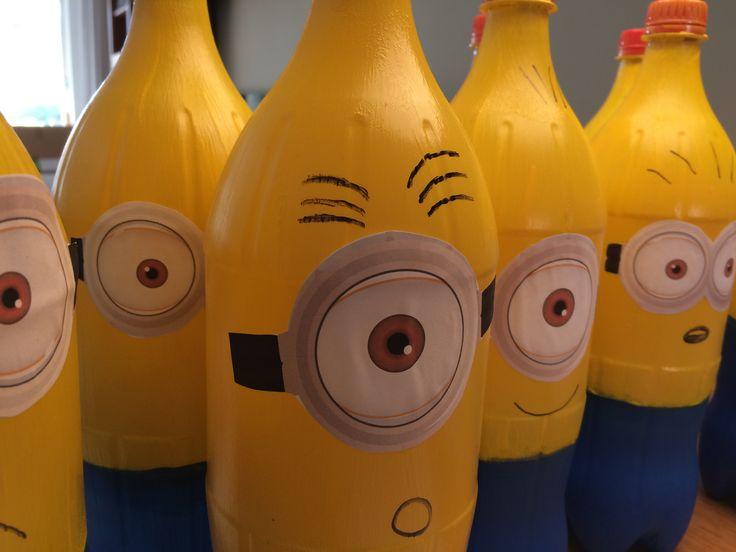 Kegelen met lege frisdrank flessen. Verf de onderkant blauw en de bovenkant geel. Meerdere lagen verf nodig