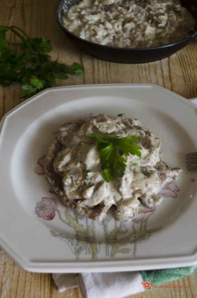 Scaloppine mascarpone e funghi sono un secondo piatto molto sfizioso. La crema di mascarpone e funghi rende la carne di una bontà unica.