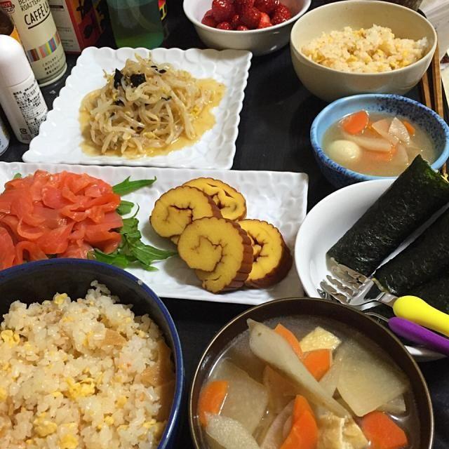 息子と旦那さんの好きなもので、こどもの日ごはん٩(ˊᗜˋ*)و - 14件のもぐもぐ - 今日の晩ご飯は、炒り卵入りそぼろちらし、具だくさんけんちん汁、もやしのあんかけサラダ、スモークサーモンの切り落とし、伊達巻き。デザートにいちご。 by sakuyue