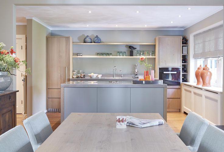 Strakke keuken met RVS werkblad.