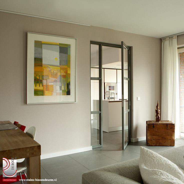 Voor een klant in Groningen mochten we bijna de hele woning voorzien van enkele en dubbele stalen binnendeuren met glas. In totaal plaatsten we twee sets dubbele stalen deuren en negen enkele stalen deuren met veiligheidsglas.