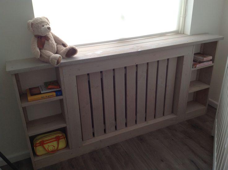 Ombouw radiator met leuke vakken erin voorop kinderkamer.