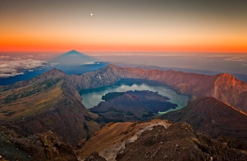 MOUNT RINJANI NATIONAL  ECO PARK  LOMBOK ISLAND INDONESIA & Segara Anak Lake, An Excotic Lake In The Middle Of Rinjani Mountain