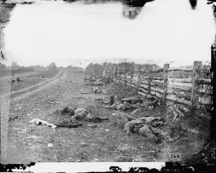 De Alexander Gardener, una de las primeras de la historia en las que pudo verse a soldados muertos en combate. Los de la foto eran rebeldes de la Brigada Starke del ejército de Virginia del Norte. La foto fue tomada dos días después de la batalla de Antietam. 1862.