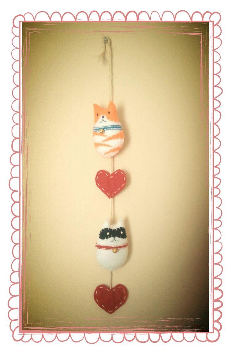 Colgante gatuno  https://www.facebook.com/pages/La-Gata-Flaca/114335372009699  #gato #handmade #felt #fieltro #crafts #chile #viñadelmar #deco #decoracion #gatito #kawaii