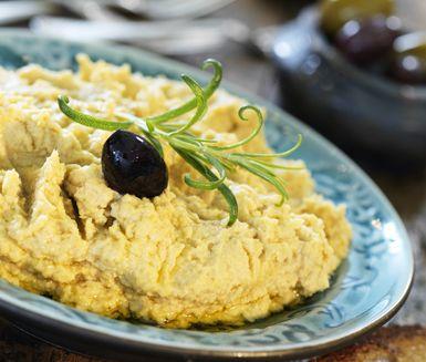 Hummus är kikärtsröra som du smidigt fixar själv. Kikärtor, vitlök, citron och spiskummin bildar tillsammans denna härliga röra som passar perfekt på buffébordet. Servera gärna bröd och oliver till.