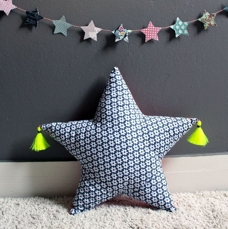 Coussin étoile et fluo : Chambre d'enfant, de bébé par de-fil-en-avril