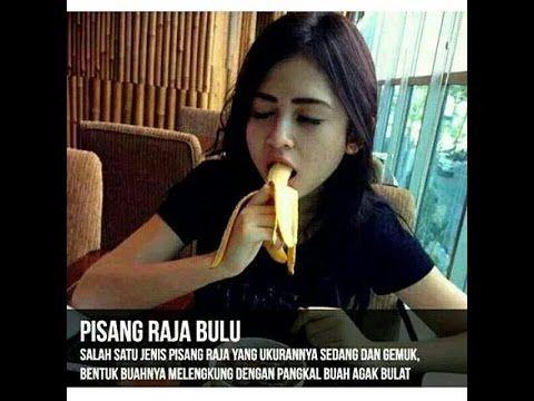 wanita makan buang pisang