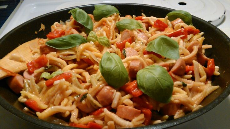 One pot wonder - mix onion, garlic, tomatoe, red pepper, basil, sausage and pasta with a little bit of water and spices and let it cook!