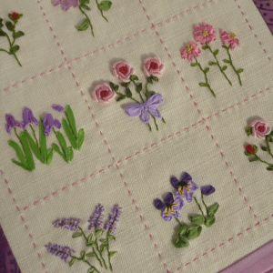 Flores bordadas à mão