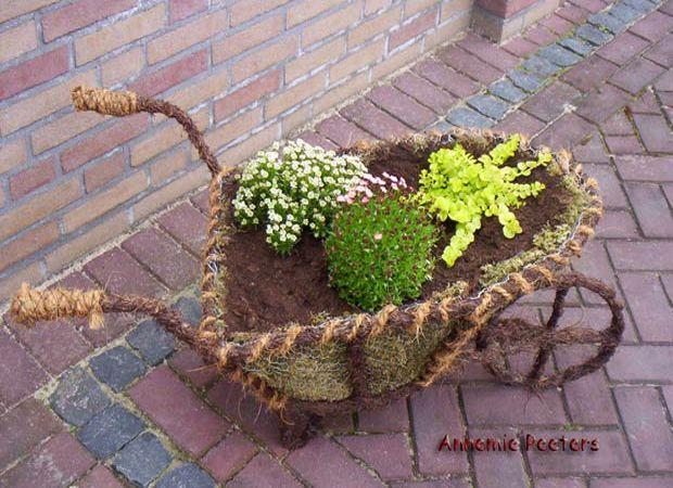 bloembak - ijzeren frame kruiwagen versierd met gaas, mos en salim