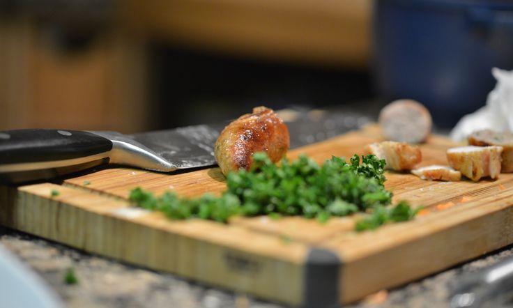 Duett vom Kaninchenrücken mit Karotten-Sellerie-Lasagne und Kartoffelrose