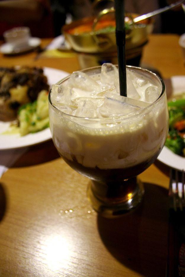 Chá na Tailândia - O chá gelado tailandês é uma bebida tradicional que combina chá com leite condensado e açúcar, que geralmente são misturados antes de serem colocados sobre gelo e cobertos com leite evaporado.