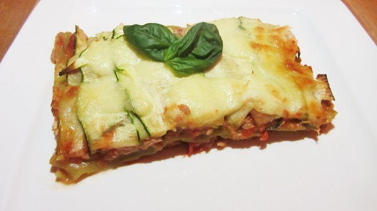 Dit recept voor lasagne met tonijn, courgette en pesto-tomaatsaus heb je in vijf minuutjes voorbereid en je hebt geen pannen nodig. Super simpel dus!