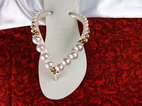 Chinelo Havaianas personalizado com um lindo bordado de pérolas brancas e douradas. Uma opção para relaxar os seus pés e deixar você curtir a sua festa com muito conforto.  Aceito encomendas de outras cores também para madrinhas. Desconto especial para pedidos acima de 10 pares. Faça um orçamento...