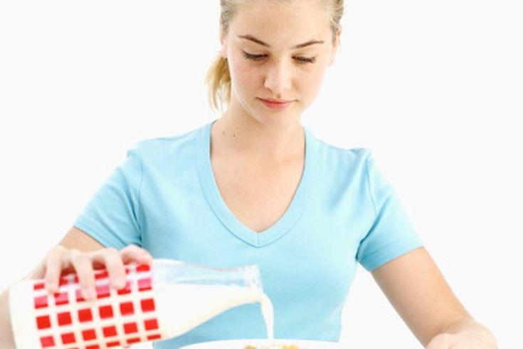 ¿Cuánta proteína debe consumir una niña adolescente diariamente?. Tu hija adolescente sigue creciendo y sus necesidades nutricionales son diferentes de lo que eran hace unos años. Ella puede estar preocupada por su peso, puede seguir a su grupo de pares en la elección de qué tipo de alimentos ...