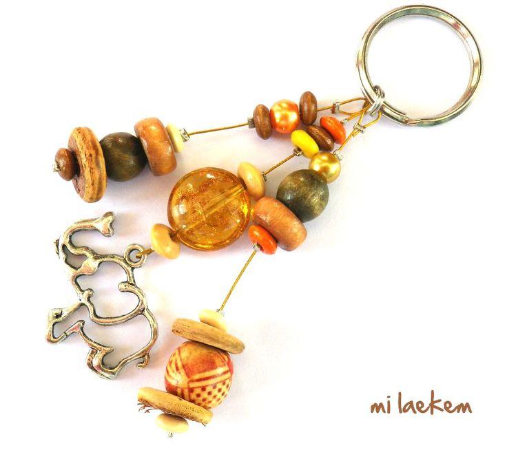 Porte-clés éléphant dans la savane composé de perles de bois, perles de verre nacrées et palet en verre aux reflets dorés. L'Afrique au soleil couchant! http://www.alittlemarket.com/autres-bijoux/elephant_dans_la_savane_bijou_de_sac_porte_cles_afrique_ethnique_-4732905.html