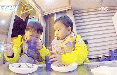 Daehan feeding Manse with water | The Return of Superman