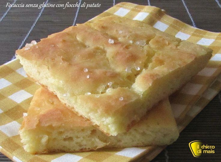 Focaccia senza glutine con fiocchi di patate. Ricetta per una focaccia senza glutine alta e soffice, con fiocchi di patate nell'impasto, ideale da farcire